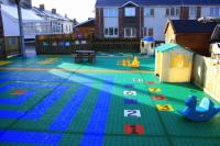 Farbenfroher Spielplatz im Kindergarten Bergo Sportbodenbelag